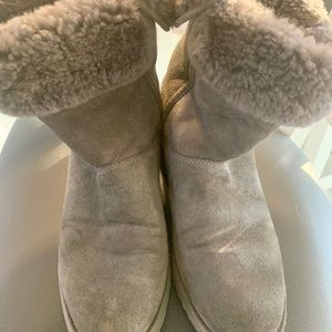 UGG gray suede boots with fur trim size 8 EUC
